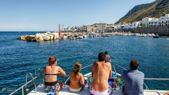 Marettimo, Italie : L'arrivo al porto vecchio