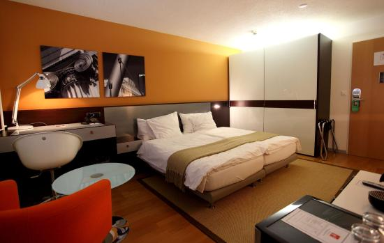 Design Hotel F6: A twin bed design room