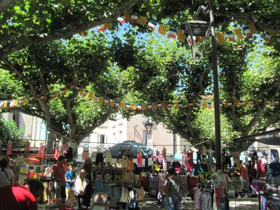 La Chataigneraie: Market day in Prades