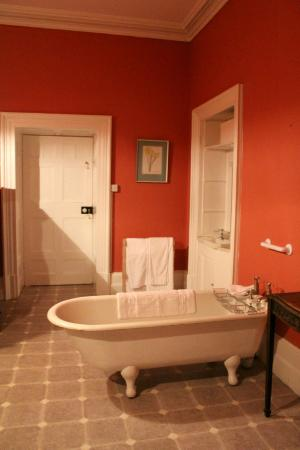 Kilmallock, Irlanda: Very large bathroom with quaint old-fashioned tub