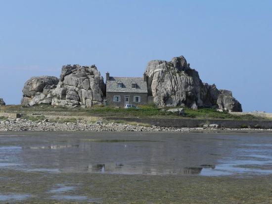 Maison entre le deux roches photo de castel meur plougrescant tripadvisor - Maison entre deux rochers ...