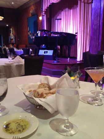 Walnut Street Supper Club: Tafel met zicht op podium.