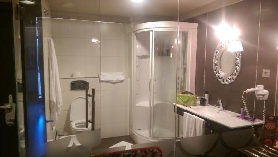 Hotel Axis: Baño acristalado de la corner room
