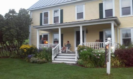 Yellow Farmhouse Inn: Front porch They also have a large side porch