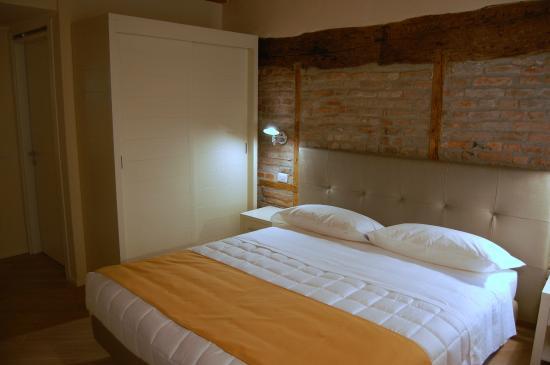 muro originale in legno e mattoni camera Azalea - Picture of La ...