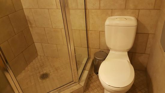 The Green Tortoise Hostel: Bathroom