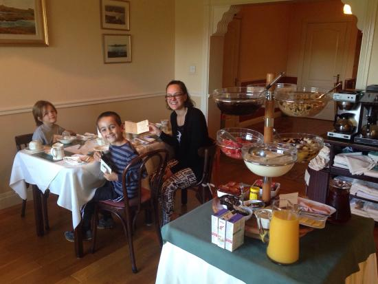 Bambury's Guesthouse : The breakfast room is bright and cheerful.