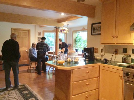 Sourdough Sunrise B & B : Kitchen and dining area
