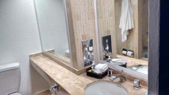 Lavabos Para Baño Cancun:Lavabo con doble espejo – Photo de Flamingo Cancun Resort, Cancún