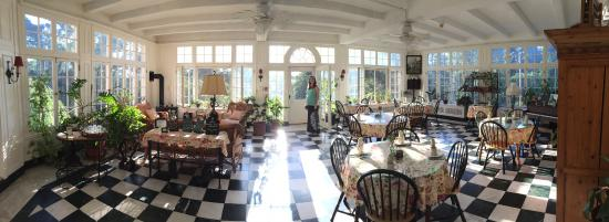 The Willard Street Inn: dining area