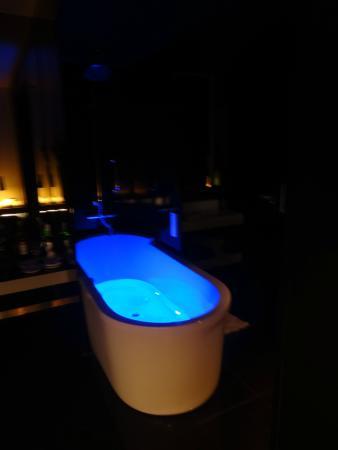 bathtub blue colored light - Picture of DoubleTree by Hilton Lisbon ...