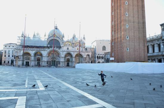 Alloggi alla Scala: Пока одни голуби можно побегать от души.