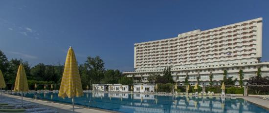 Athos Palace Hotel: Pool with main building 2