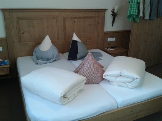 Hotel Lenz: les femmes de ménages s'amusent avec nos pyjamens