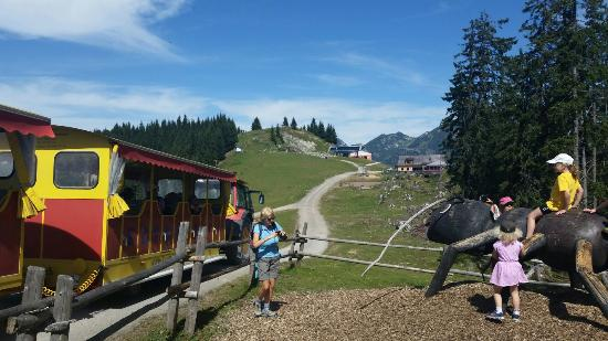 Russbach am Pass Gschutt, Autriche : Playground and train at the top