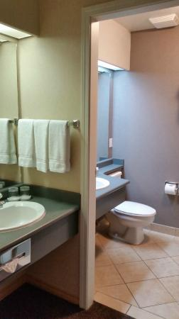 Holiday Inn West Kelowna: 2 sinks in the room - 1 in the bathroom and 1 right outside the bathroom.