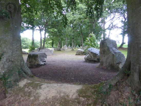 Pleslin-Trigavou, Pháp: Overlooking the lines of Menhirs
