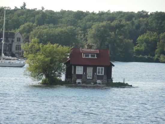 Gananoque, Canada: Minnacık ada ve sevimli evi