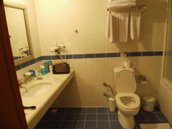 schone badkamer met elke dag schone handdoeken - Picture of ...