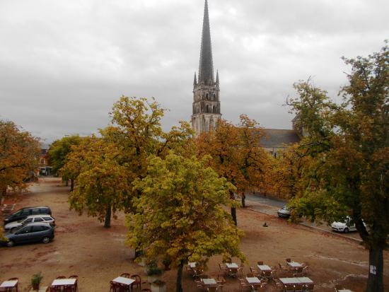 Hotel de l'Abbaye: View from my 2nd floor window overlooking the square and abbey.