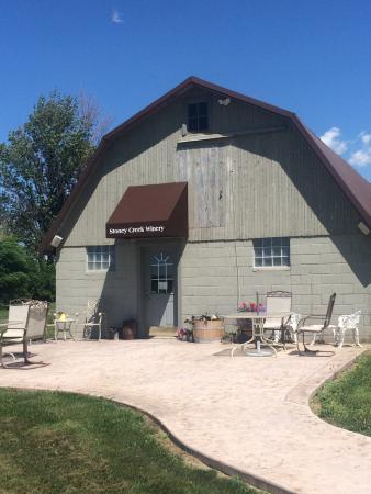 Millersburg, IN: Wine list and tasting room