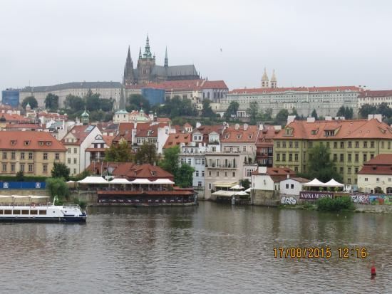 Hotel Pav: Prague castle and cathedral, unfortunately it was raining. imagine it in good light spectacular