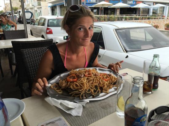 Restaurante Es Mollet De S'illot: un piatto di cipolle fritte e pesce fantastico (una porzione