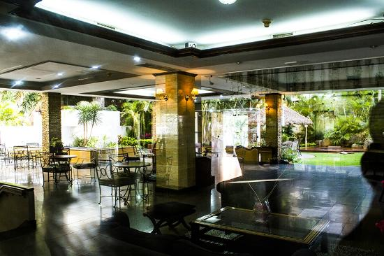 Toborochi Suites: LOBBY PISCINA