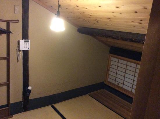 Nagomi Ryokan Yu: 室内写真、天井裏部屋のため、窓に向かって天井が低い