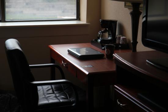 AmericInn Hotel & Suites Omaha: Adequate Desk area