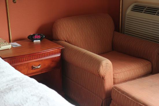 AmericInn Hotel & Suites Omaha: Corner chair and ottoman