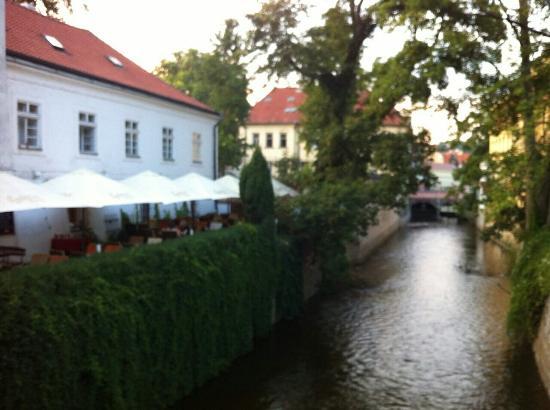 Cafe bar Nad Certovkou: Bon repas au bord de l'eau