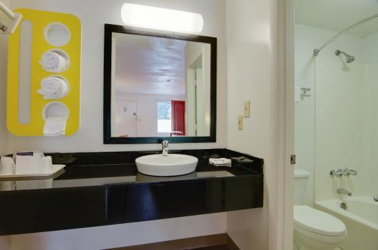 Motel 6 Cartersville: Bathroom