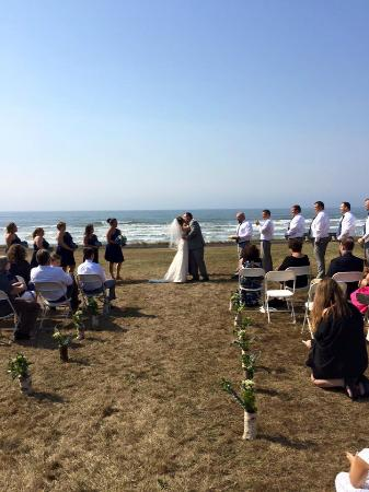 The Yachats Inn: Ceremony on the lower lawn of the Yachts Inn