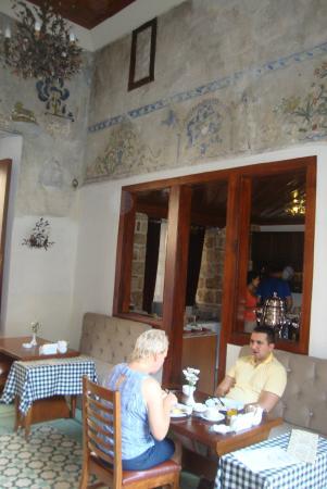 Mediterra Art Restaurant : стены ресторана