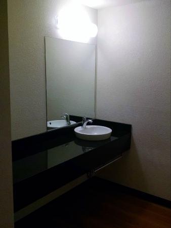 Motel 6 Redlands: Bathroom vanity area