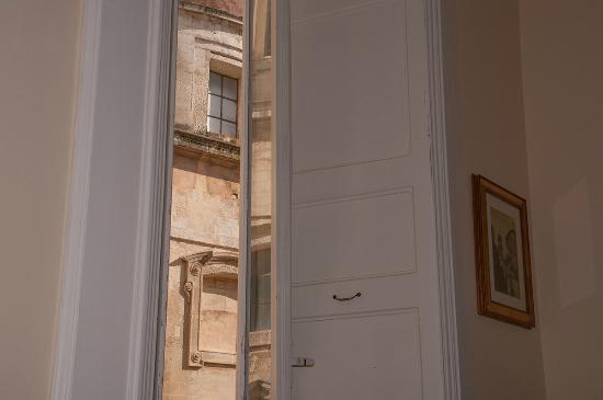 Palazzo Belli B&B : Dalle finestre, la chiesa di Santa Irene è a pochi metri.