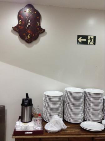 Fornalha Restaurante E Self Service: Aparador Com Pratos E Relógio  Decorativo