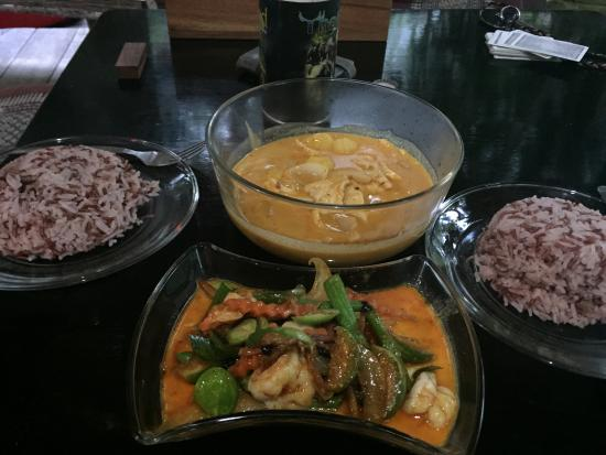 Jumpahom Restaurant: Massaman curry VS green curry