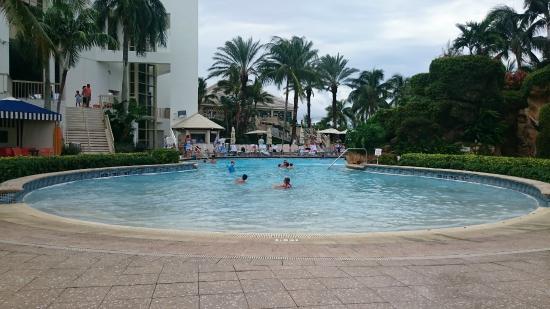 Naples Grande Beach Resort: vista de la pileta
