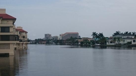 Naples Grande Beach Resort: vista del hotel desde lejos