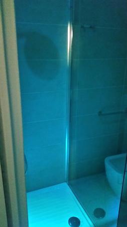 Hotel Chic: Camere semplici ma con ogni comfort. .bagno da 4 stelle. .con doccia con faretti che alternano c