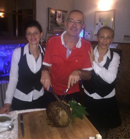 Recorfano, Italia: Il taglio della carne con il presidente e le belle cameriere. Fabio Cremona