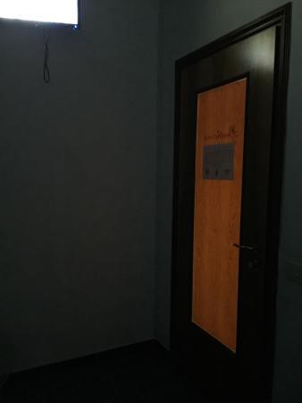 La porta ha un vetro coperto con una pellicola di notte for La porta media