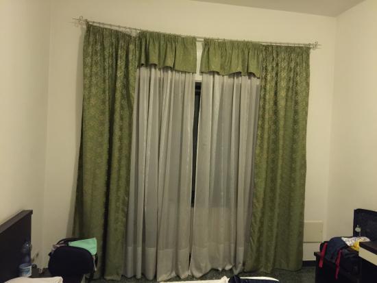 Music Hotel: La porta ha un vetro coperto con una pellicola. Di notte la luce del corridoio filtra ed illumin