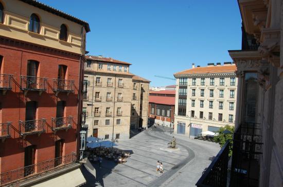 Hotel Alda Plaza Mayor: Vista desde la habitación del segundo piso hacia la entrada de la Plaza Mayor