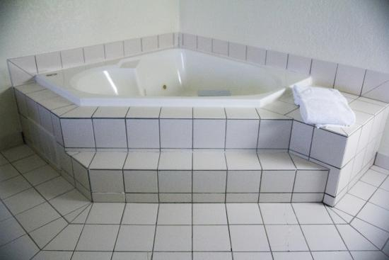 Fairfield Inn & Suites Cleveland Streetsboro: Spa in our King Jacuzzi Suite