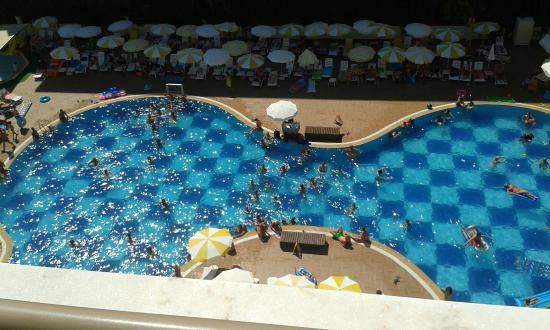 Titan Garden Hotel: foto van het zwembad vanaf onze kamer op de hoogste verdienping