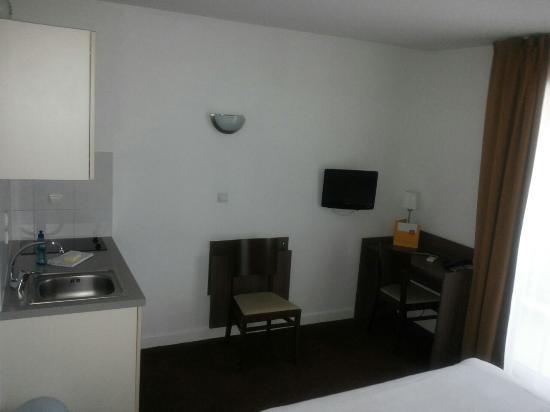 Chambre coin bureau et table pour manger picture of appart hotel