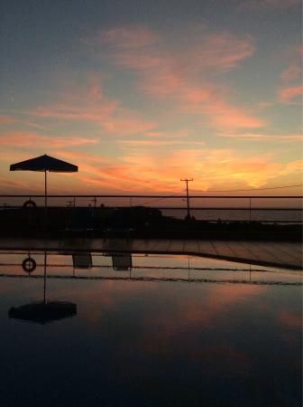 Nireides Villas: Dopo il tramonto, in piscina